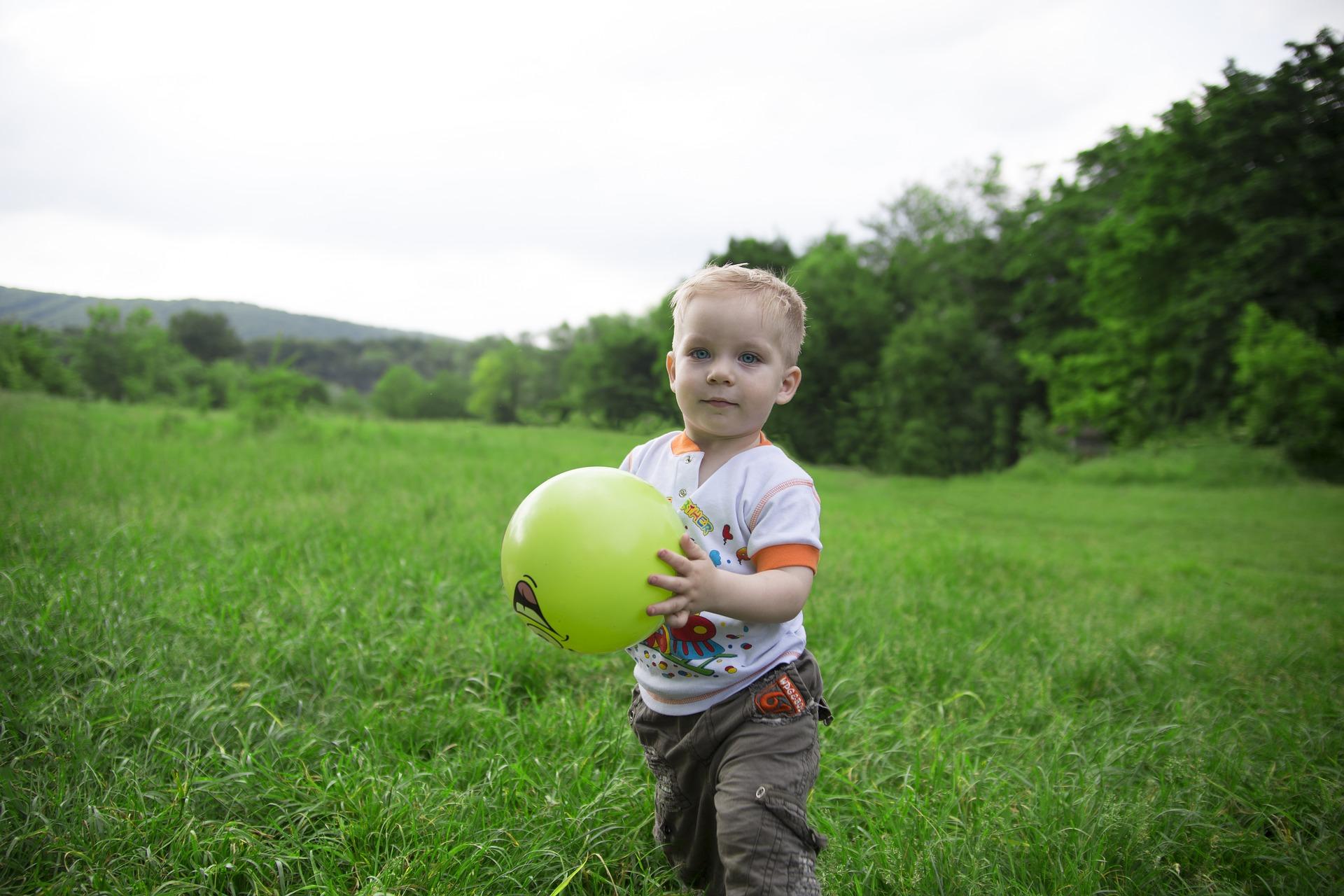 dítě s míčem