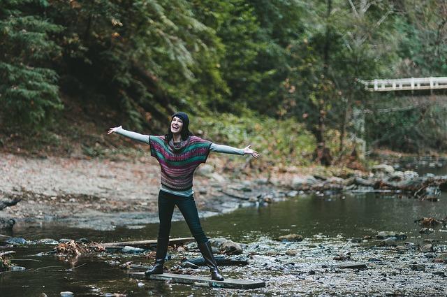 šťastná žena na řece.jpg