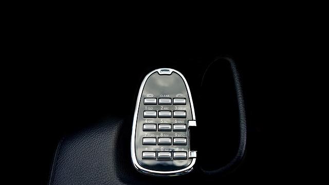telefon zabudovaný do auta