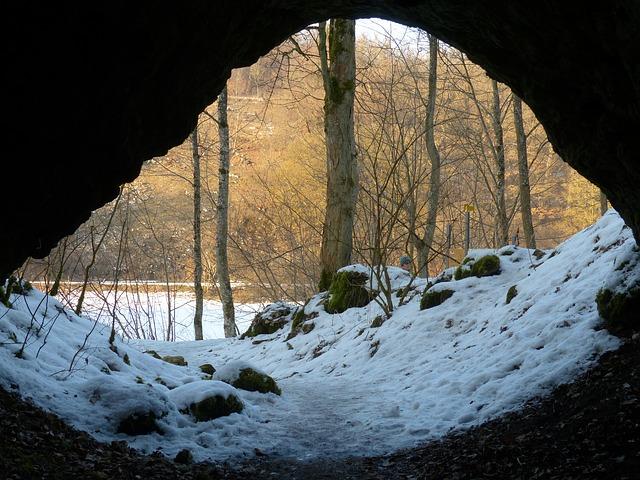 sníh před jeskyní