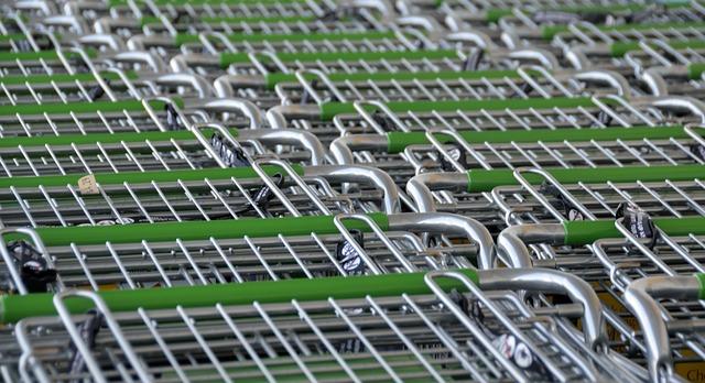 řada nákupních vozíků