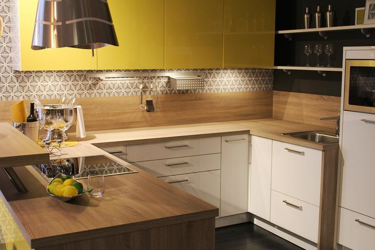 zářivka v kuchyni pod skříňkami – osvětlení pracovní plochy