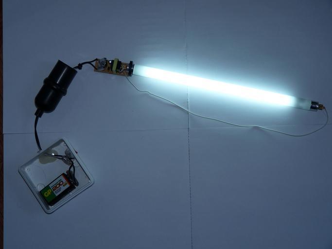 zářivka napojená na zdroj a svítí
