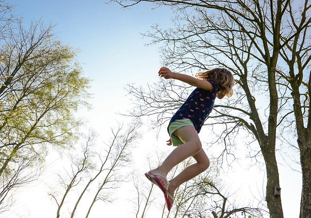 Děvče na trampolíně