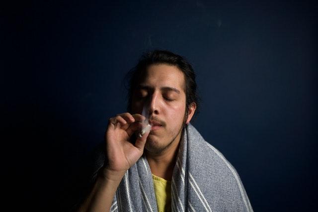 muž kouří marihuanu