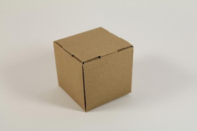 papírová krabice na balení věcí